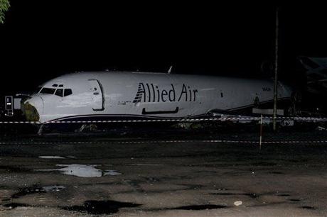 Máy bay đâm xe buýt, 10 người chết